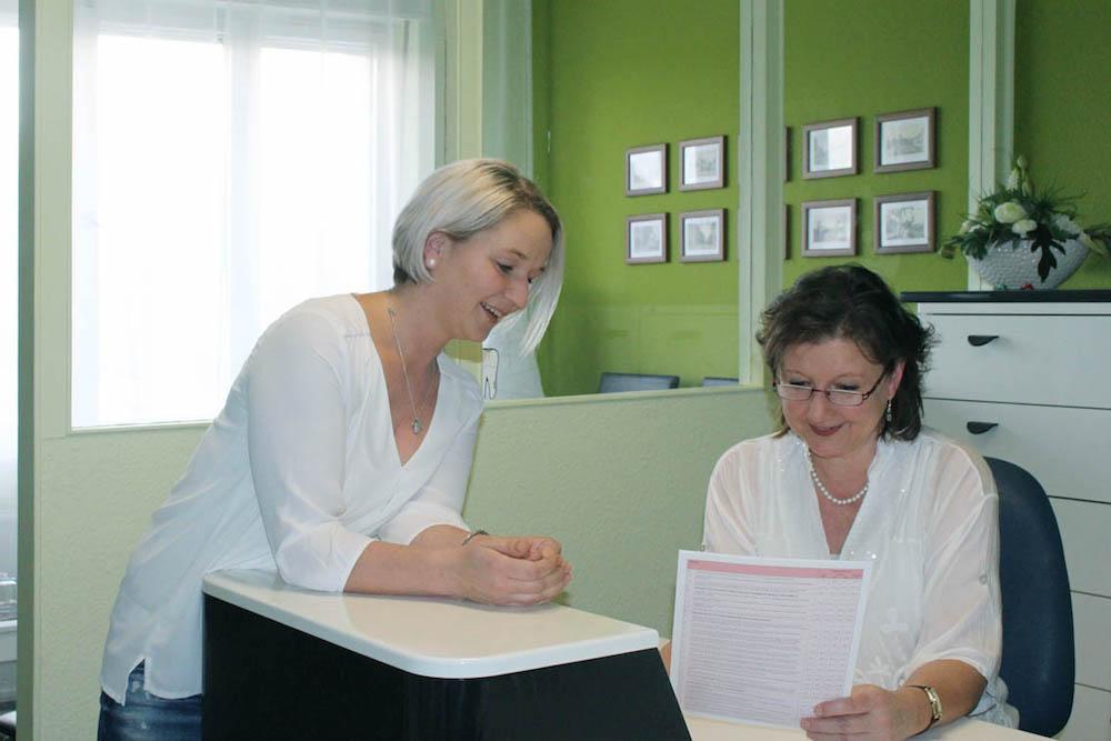 Mitarbeiterinnen an der Rezeption - Zahnarzt Dr. Bernd Lux